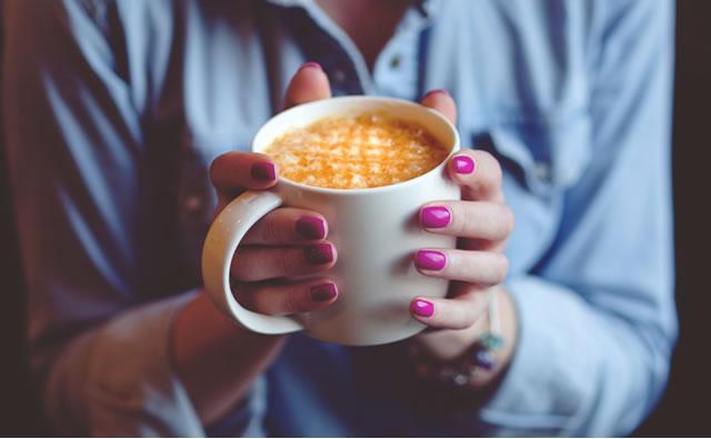 Beber café evita problemas cardíacos e aumenta longevidade, diz estudo