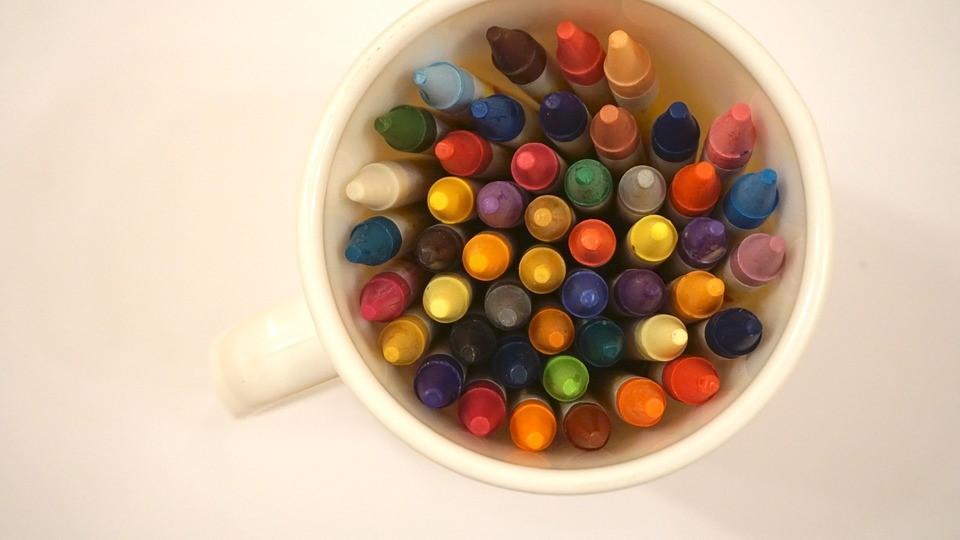 imagem de xícara com giz de cera coloridos